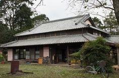 山々に囲まれた柚野に建つ古民家、  雨漏りに、古くなって使えなくなってしまっている階段、  廃屋になりかけた古民家を元の姿に…。