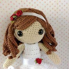 La diadema de esta #muñeca de comunión también lleva rosas rojas a juego del cinturón del vestido. Un toque de color ⛪. #crochet #doll #amigurumi #dawanda #dawandashop #artesano #algodón #handmade #hechoamano #amigurumidoll #comuniondoll #rose