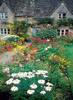 Eine altmodische Bauerngarten sieht wunderbar aus. Der Bauerngarten regt die…