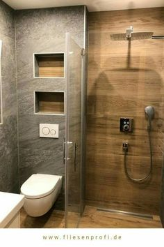 "Naturstein- und Holzoptik Fliesen im Badezimmer A comfortable bathroom with great niches. The wood look tile ""Etic pro Rovere Venice"" in light brown and the matt gray natural look tile ""Brave Gray"" were installed under: www. Bathroom Design Luxury, Bathroom Layout, Modern Bathroom Design, Modern House Design, Modern Toilet Design, Interior Design Toilet, Cozy Bathroom, Small Bathroom, Master Bathroom"
