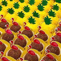 Que lindo esses brigadeiros para o tem Tropical ! Flamingo Birthday, Flamingo Party, 1st Birthday Girls, Birthday Fun, Flamingo Rosa, Hawaian Party, Aloha Party, Friendship Party, Tropical Party