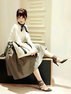 まさに「ローマの休日」スタイル。ボリュームたっぷりのフレアスカートがロマンチックです。