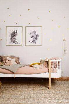 Chambre bébé fille très poétique aux tons rose poudré:Souris Maileg, coussin numéro 74, affiche renarde, confetti dorés