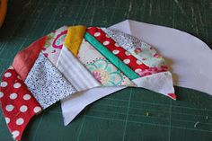 Through the window: Tutorial pantuflas patchwork / Patchwork Slippers Tutorial. Colchas Quilt, Patch Quilt, Quilts, Sewing Projects, Projects To Try, Through The Window, Embroidery Stitches, Crochet, Sunglasses Case