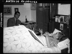 Antonio Rodriquez: Frida paints in bed.