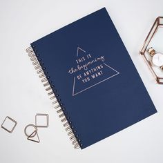 Encore plus de place pour plus d'idées!  Notre premier Workbook est conçu pour celui ou celle qui a besoin de beaucoup de place pour noter ses rendez-vous, projets, contacts, finaces et notes. C'est donc le Allrounder (carnet polyvalent) parfait pour gérer son travail quotidien. Son design vertical est particulièrement net (précis) et parfait pour l'établissement d'un planning structuré. Sa reliure spirale te permet de travailler confortablement en maintenant ton carnet ouvert. De plus, afin…