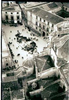 Murcia en Semana Santa. Plaza Belluga desde la torre de la catedral (la fotografía está revelada al revés), al fondo el llorado palacio del rectoral de la Riba (S. XVIII) DESTRUIDO, ocupado ahora por un edificio de Moneo