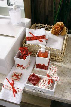 Sabonete, acessórios variados e até toalhas de mão ganharam a delicadeza de uma composição em découpage
