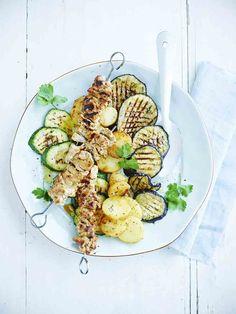 Een overheerlijke vleesspiesjes met gegrilde groenten , die maak je met dit recept. Smakelijk!