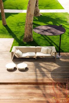 #designbest 's Top10 products by Paola Lenti @paola_lenti     Island, Francesco Rota, 2003 This modular sofa series is upholstered in a highly technological fabric, product of constant development and research. All units are lightweight and highly versatile. They can be assembled in a variety of different ways to suit various décors and space requirements. In 2004, Island was awarded the honourable mention at the Compasso d'Oro prize   #outdoor