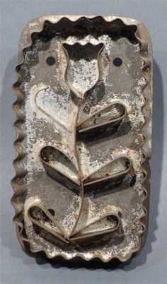 4in tall x 2.125in (with handle) ANTIQUE TIN COOKIE CUTTER OF A DELICATE TULIP FLOWER