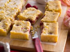 This raspberry and white chocolate slice is wickedly moreish with the creaminess of the mascarpone studded with tart fresh raspberries making this a decadent afternoon treat Chocolate Caramel Slice, Salted Chocolate, Blueberry Shortcake, Sausage Sauce, Apple Tea Cake, Compote Recipe, Roasted Beet Salad, Shortcrust Pastry, Mascarpone