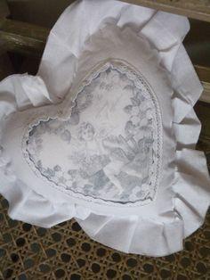 Petit coussin Angelot  Joli cœur en coton imprimé à volant avec une jolie image ancienne.    Environ 15 cm de hauteur.    www.lemondederose.com