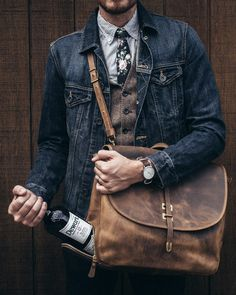 If you feel more confident wearing something practical, you'll like this seriously stylish combination of a black denim jacket and black chinos. Denim Casual, Denim Style, Shirt Style, Estilo Cool, Estilo Jeans, Look Man, Men With Street Style, Style Men, Black Chinos