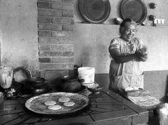 Doña Inés making gorditas. (Santa Fe de La Laguna, Michoacán, México)