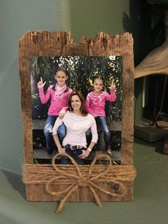 Rustic Reclaimed Wood Picture Frame for 4 x 6 Photos Gang. Rustic Reclaimed Wood Picture Frame for 4 x 6 Photos. Old Wood Projects, Wood Block Crafts, Barn Wood Crafts, Woodworking Projects, Rustic Crafts, Reclaimed Wood Picture Frames, Rustic Picture Frames, Picture On Wood, Baby Dekor