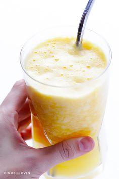 "A healthy orange smoothie made with FRESH oranges, and your choice of milk and sweetener. Enjoy this fresh orange smoothie (""Orange Julius"") recipe today! Orange Smoothie, Juice Smoothie, Smoothie Drinks, Healthy Smoothies, Healthy Drinks, Healthy Dinner Recipes, Smoothie Recipes, Copycat Recipes Desserts, Cooking Recipes"