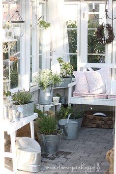 kesähuone, kasvihuone vanhoista ikkunoista, maalaisromanttinen, vanhat ikkunat, puutarha