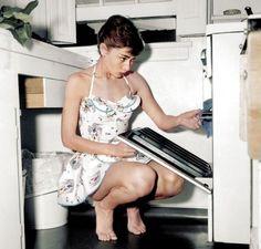"""Una bellissima Audrey Hepburn, da una vecchia foto in B/N Colorata da Dana Keller. Nella galleria """"20 storiche foto in bianco e nero finalmente a colori"""" de Linkiesta. http://www.linkiesta.it/foto-storiche-colorate#ixzz2e0boI5VY"""