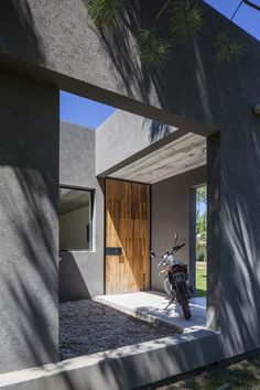 Image 6 of 25 from gallery of L House / Estudio PKa. Photograph by Alejandro Peral Exterior Gris, Modern Exterior, Archi Design, Architect Design, Modern Architecture House, Space Architecture, House Every Weekend, Concrete Houses, Villa