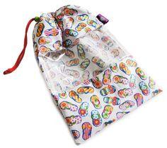 Saquinho para guardar biquini, inteiro plastificado por dentro, para que você possa colocar o biquini molhado dentro e levar na sua mala de viagem sem problemas! Super prático, útil e charmoso.