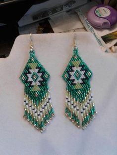 Beau Style amérindien perlé tapis boucles d'oreilles en vert, or, noir, blanc. Ils sont 3 1/2 po long avec fil et 1 pouce de large. Avec fils d'or sur eux, peut être modifié à la poste, clips ou levier vers l'arrière. Si vous aimez ces mais souhaitez d'autres couleurs juste