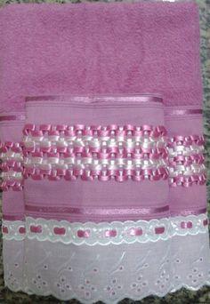 Jogo Toalhas Bordadas com Fita de Cetim  1 Toalha de Banho na cor Rosa  70 x 130 cm  1 Toalha de Rosto na cor Rosa  41 x 70 cm  *Outras cores sob consulta
