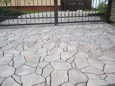 Zámková dlažba DITON STONE je betonová dlažba, jejíž výroba je inspirována přírodním kamenem. Speciální reliéfní povrch a různé barevné provedení této betonové dlažby ji činí nerozeznatelnou od přírodního kamene. U vašeho domu ji můžete použít jako venkovní obklady ...