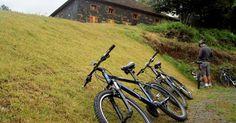Bicicleta descansa diante da Casa Righesso Salumeria Caminhos de Pedra, início da rota de 10 km pela zona rural de Bento Gonçalves (RS)