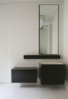 Minimal bathroom in black and white. Hôtel particulier Paris VIIème / Guillaume Terver & Christophe Delcourt