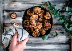 Vegaaniset kvinoa-sienipyörykät ovat täyteläisen ja jopa lihaisen oloinen vegeversio lihapullista. Catering, Cookies, Chocolate, Desserts, Food Ideas, Crack Crackers, Tailgate Desserts, Deserts, Catering Business