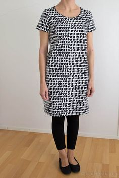null Marimekko, Fashion Over 50, Dresses With Leggings, Dressmaking, Kurti, Knit Crochet, Sewing Projects, Short Sleeve Dresses, Textiles