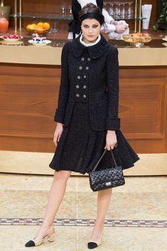 Imagen de http://modaellas.com/wp-content/uploads/2014/11/Chanel-mujer-coleccion-otono-invierno-2015-2016-look-clasico.jpg.