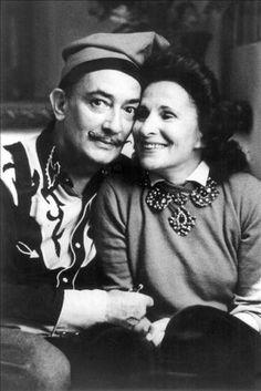Silenciosamente y a escondidas de todo el mundo, el pintor catalán Salvador Dalí y la ciudadana soviética Elena Diakanoff, viuda del poeta Paul Eluard, más conocida por Gala, nombre que en lengua rusa significa monaguillo, se unieron en matrimonio (sentimentalmente, hacía varias décadas que ya lo estaban) el 8 de agosto de 1958.
