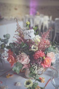 Décoration de centre de table champêtre pour un mariage by @Happy'nd Wedding table décoration. #wedding #decoration Decoration Table, Table Numbers, Floral Wreath, Tables, Wreaths, Crown, Inspiration, Centerpiece Wedding, Flowers