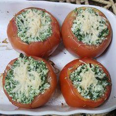 Receita deliciosa e leve de Tomates recheados. #segundasemcarne Receita saudável. Receita com espinafre. Receita com ricota.
