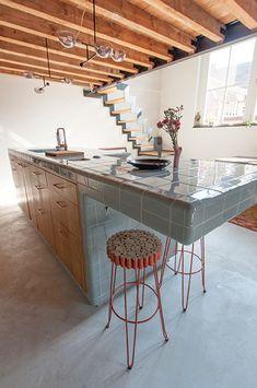 DTILE keramiksystem består av konstruktions- samt funktionsplattor vilket gör att alla utrymmen, objekt eller ytor kan vara helkaklade. DTILE täcker ytorna som en filt av plattor, med ett enda obrutet nät av keramik.  DTILE kan användas i nästan alla sammanhang – på golv eller väggar, inomhus eller utomhus, vått eller torrt, i privata hem eller offentliga/kommersiella byggnader.  DTILE är en av de mest mångsidiga plattorna i världen! Ideas Baños, Outside Bars, Open Plan Kitchen, Kitchen Tiles, Joinery, Future House, Furniture Design, Decoration, Room Decor