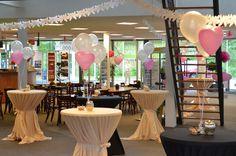 Wat een feestelijk gezicht! Deze bruiloft is aangekleed met metallic witte heliumballonnen en hartballonnen. De ballonnnen zijn  gemakkelijk zelf te vullen met een handig wegwerptankje.