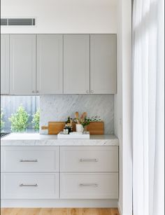 Grey cabinets,subtle front detail,marble look splashback matching counter top Kitchen Interior, New Kitchen, Kitchen Decor, Grey Shaker Kitchen, Kitchen Ideas, Barn Kitchen, Room Kitchen, Light Grey Kitchens, Cuisines Design