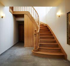 Eiken trap met gedraaide balusters en kolom . Geplaatst door Trappenlauwers