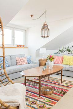 Dekoideen im Wohnzimmer auf der Galerie im boho vintage Look in bunten Farben im Frühling