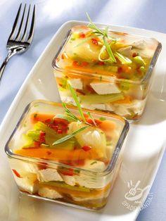 Gli Aspic di tacchino e verdure sono antipasti per pranzi o cene raffinate ed eleganti, o da riservare a una cenetta a due.