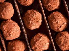 Découvrez la recette Truffes au chocolat faciles sur cuisineactuelle.fr.