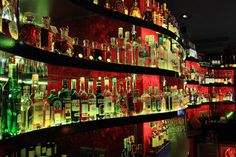 Vår nattklubb i Warszawa tilbyr et profesjonelt personale som spesialiserer seg i: et passende utvlag av brenneviner og champanger etter våre gjesters preferanser i tilleg til kunst av å kombinere alkoholer med måltider vi serverer. Barene tilbyr flere enn 700 merkevarer av alkohol og den lengste lista av champanger i Polen. Vi lager alle typer drinker og cocktailer på forespørsel fra gjestene våre. http://www.neworleans.pl/