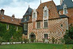 Le château de Victot dans le pays d'Auge. Coloré jusqu'à ses tuiles vernissées.