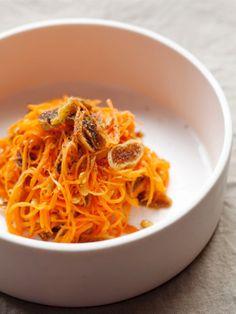 シンプルな材料をシンプルに混ぜただけ。なのに、にんじんといちじくの甘みがからまって味に深みを出す。白ワインのおともになりそうなおしゃれなサラダ。|『ELLE gourmet(エル・グルメ)』はおしゃれで簡単なレシピが満載!