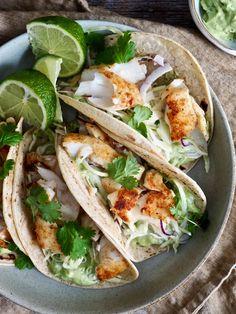 Enkel fisketaco med torsk passer til helgen men også på en travel hverdag. En god, morsom og smakfull måte å spise fisk for hele familien (og ev. gjester). Food L, Food Porn, Tacos, Scampi, Frisk, Tex Mex, Food Inspiration, Food And Drink, Cooking