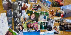Fotografie priateľov, rodiny a domácich miláčikov pripnuté na korkovej tabuli