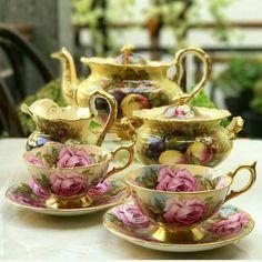 Vintage Gold Teaset made in England Tea Cup Set, Tea Cup Saucer, Café Chocolate, Teapots And Cups, Teacups, Antique Tea Cups, China Tea Sets, Coffee Set, Vintage Tea