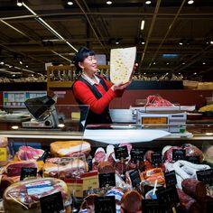 """Bao, Assistante de vente Rayon Traiteur chez Carrefour Etampes : """"Pour moi, la Journée de la Femme c'est tous les jours."""" - Journée des Droits de la Femme"""